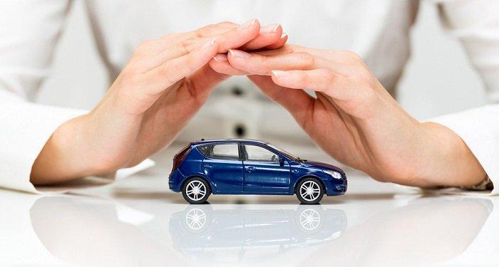 Человек прикрывает автомобиль руками