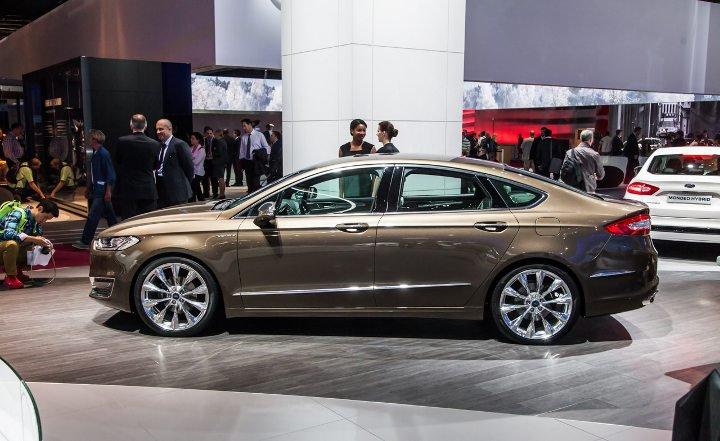 Ford Mondeo 2018 года золотой вид сбоку