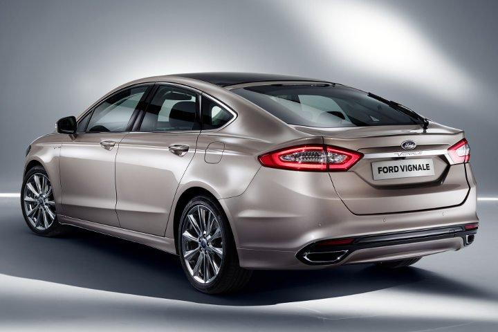 Ford Mondeo 2018 года серебряный вид сзади