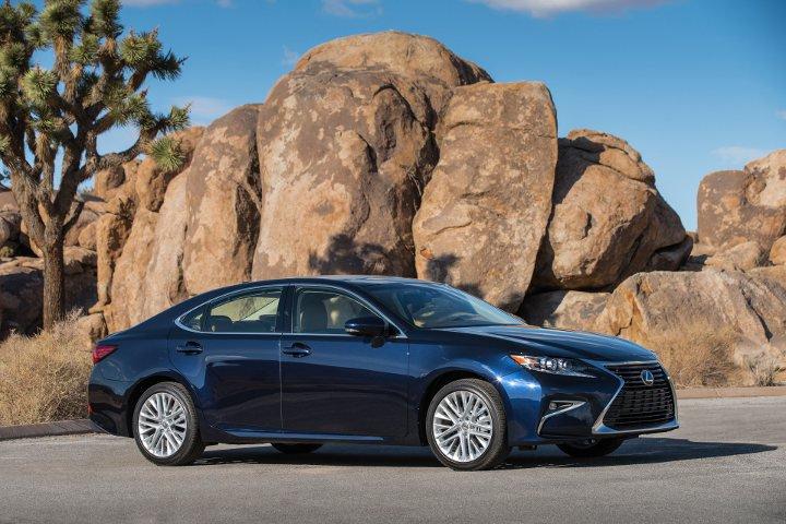 Lexus ES 2018 года синий