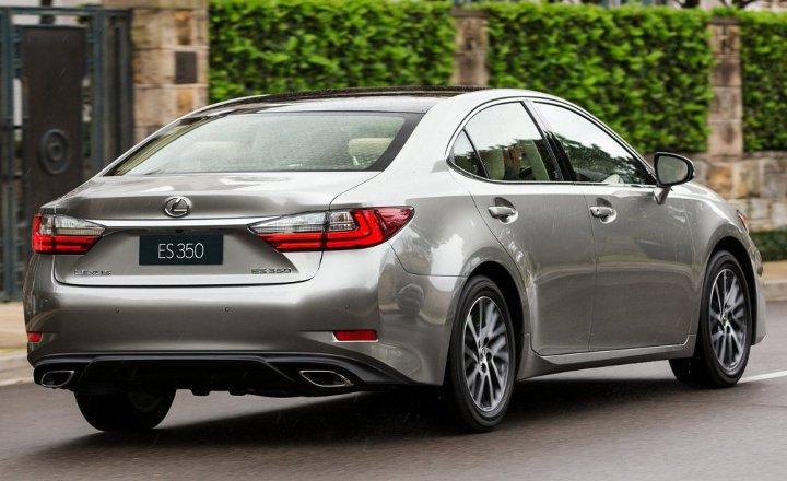 Lexus ES 2018 года серый
