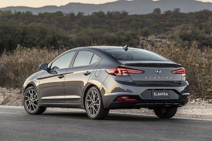 Hyundai Elantra 2019 - вид сзади